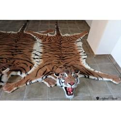 Tigre sintético en alfombra